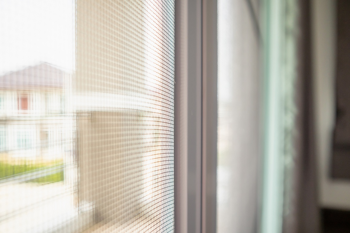 Műanyag keretes szúnyoghálók: könnyen kezelhető védelem otthonának